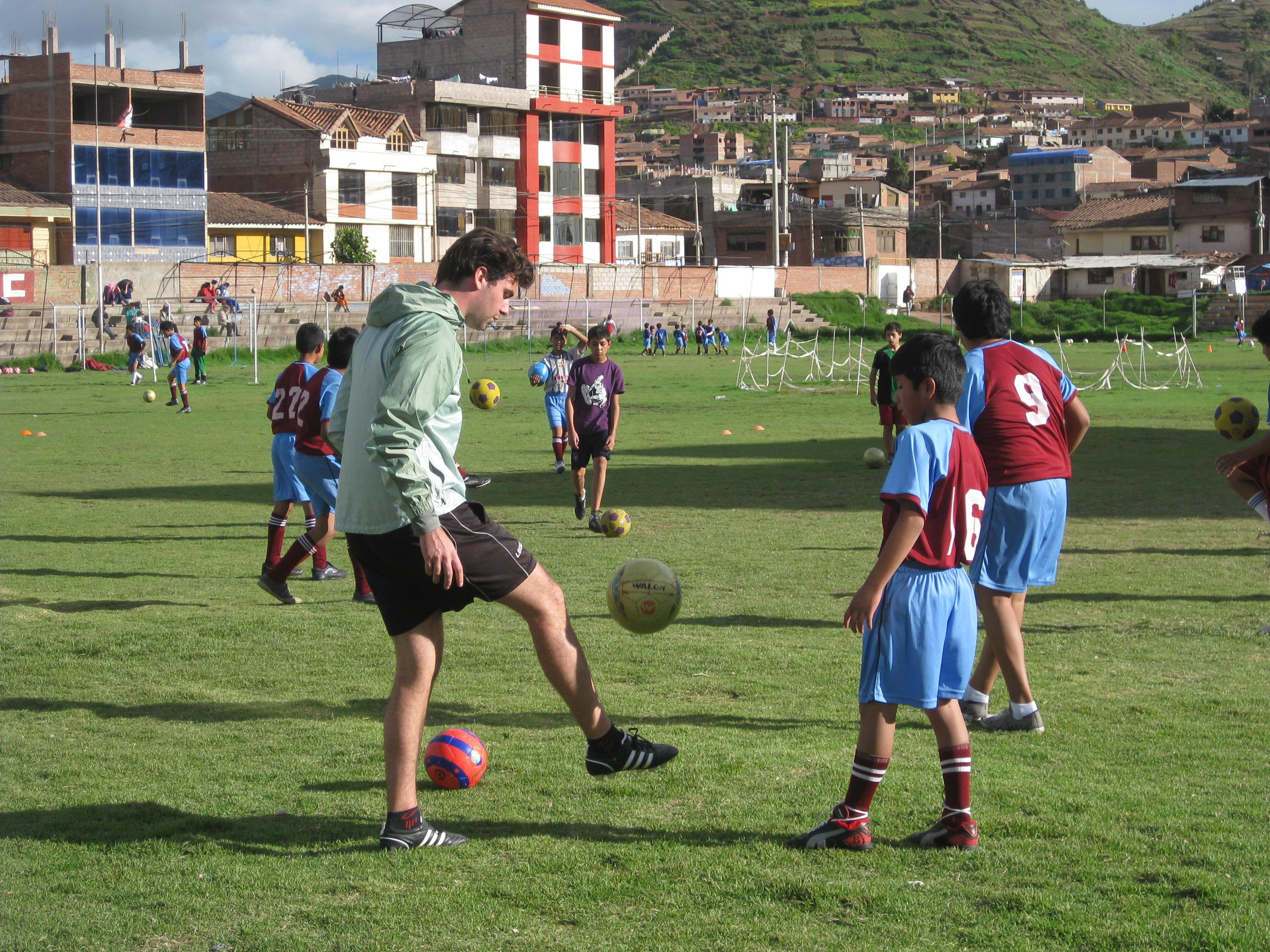 A Projects Abroad volunteer gets hands-on coaching experience in Peru working with school children